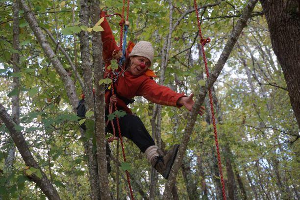 stage clown et grimpe d'arbre. théâtre de la terre. Ariège
