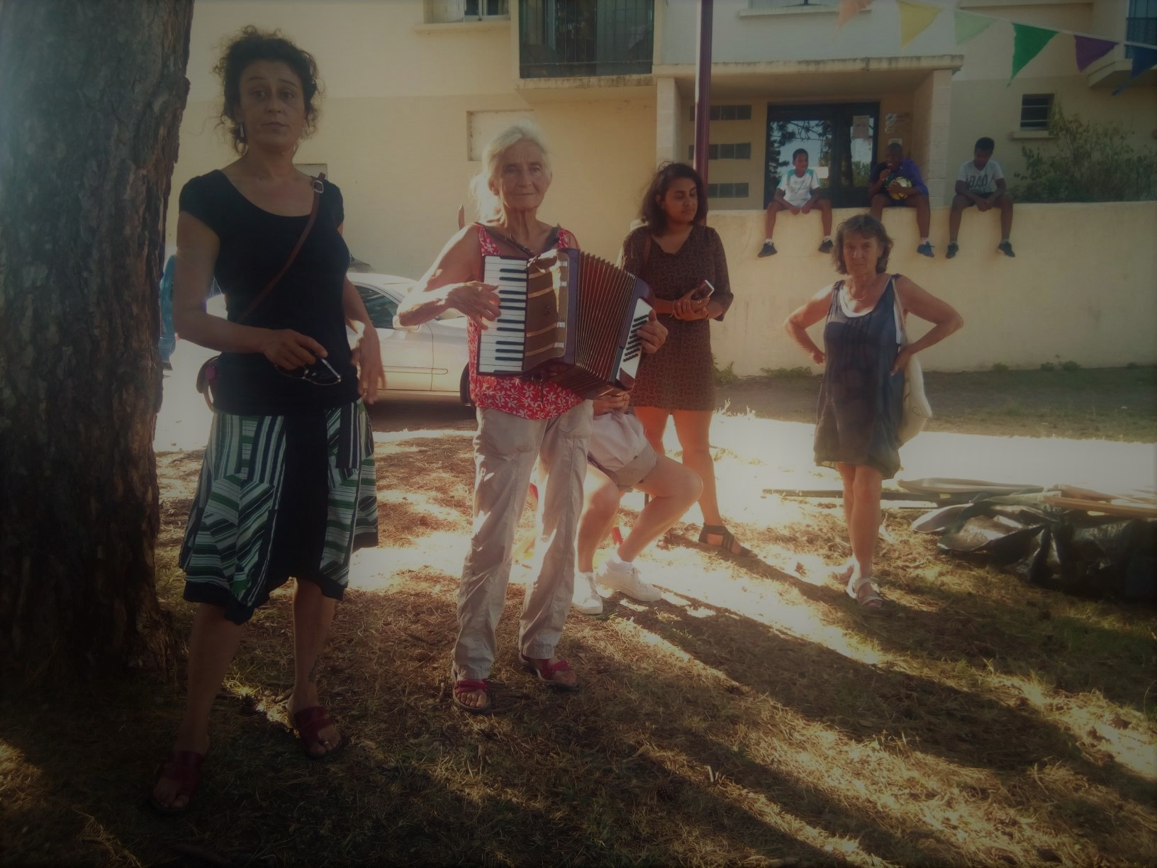 roulotte spectacles archipel; compagnie théâtre de la terre Ariège