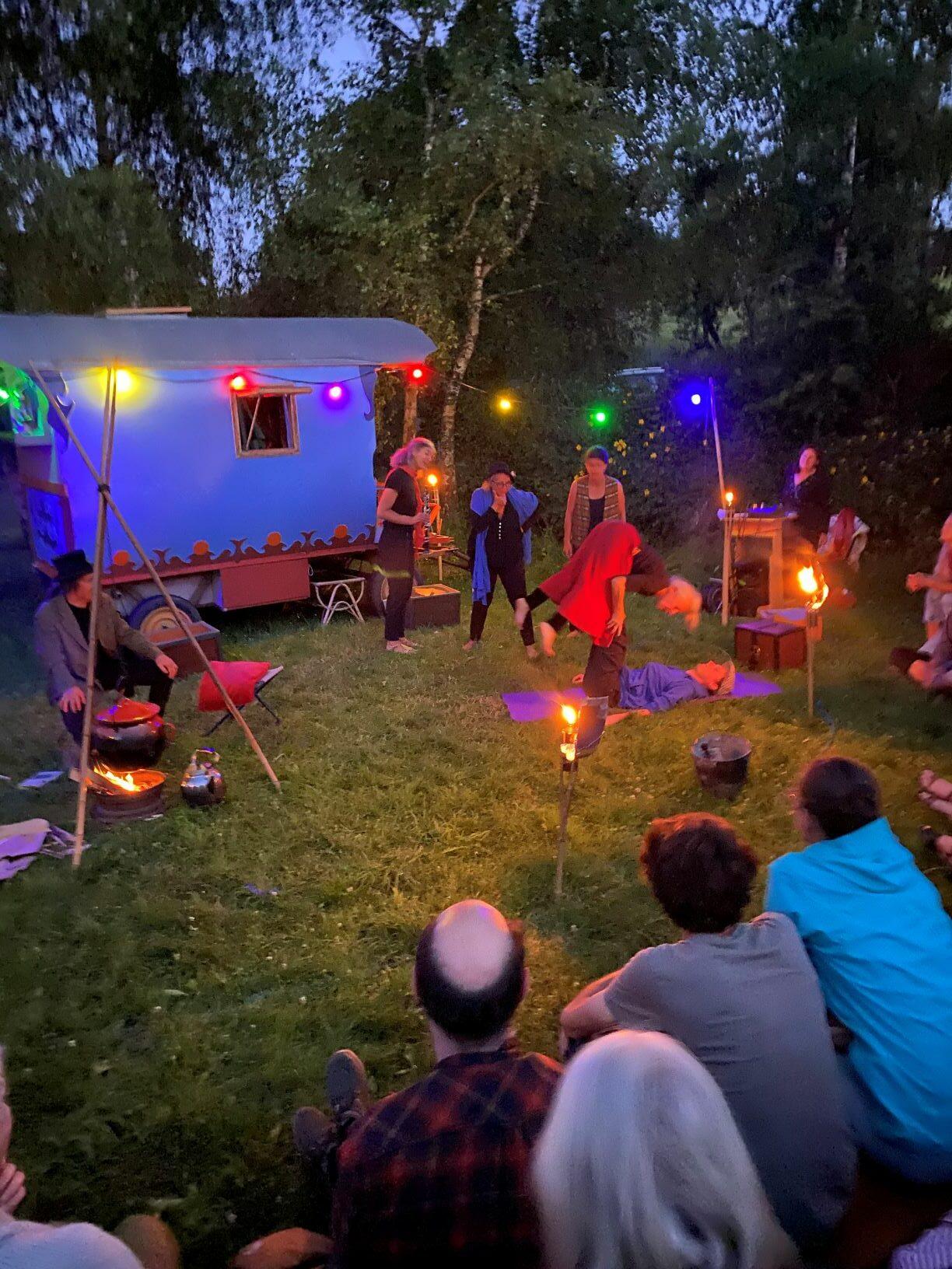 """création collective citoyenne """"entre 2 mondes théâtre de la terre - Ariège"""
